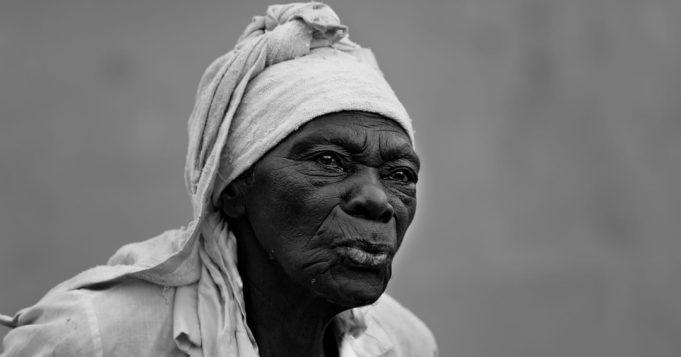 Anciana con turbante blanco