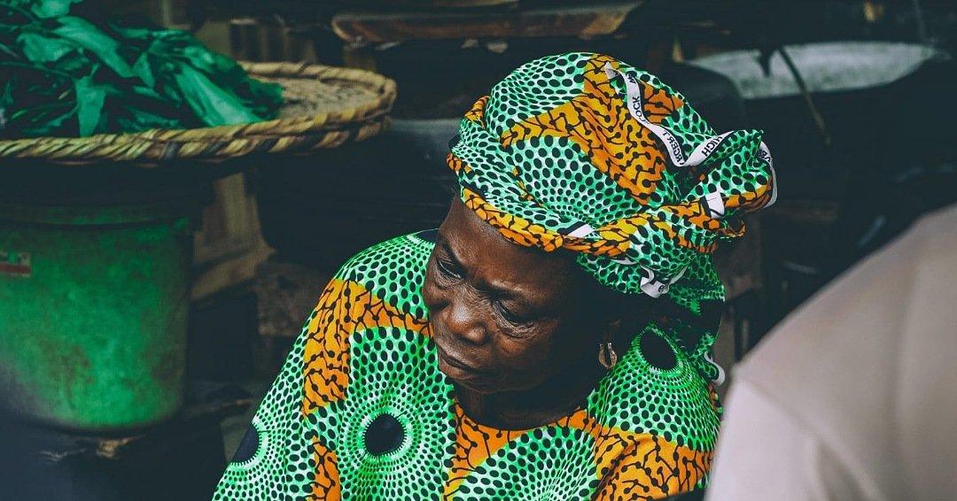 Anciana con turbante estampado