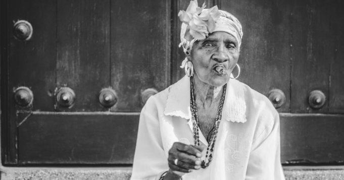 Anciana fumando tabaco
