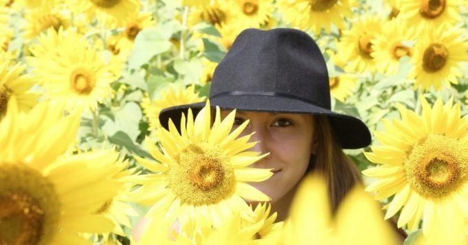Mujer en campo de girasoles